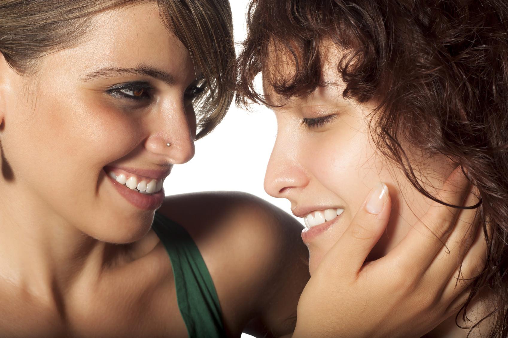 Ein lachendes lesbisches Pärchen. ©MrKornFlakes – istockphoto.com